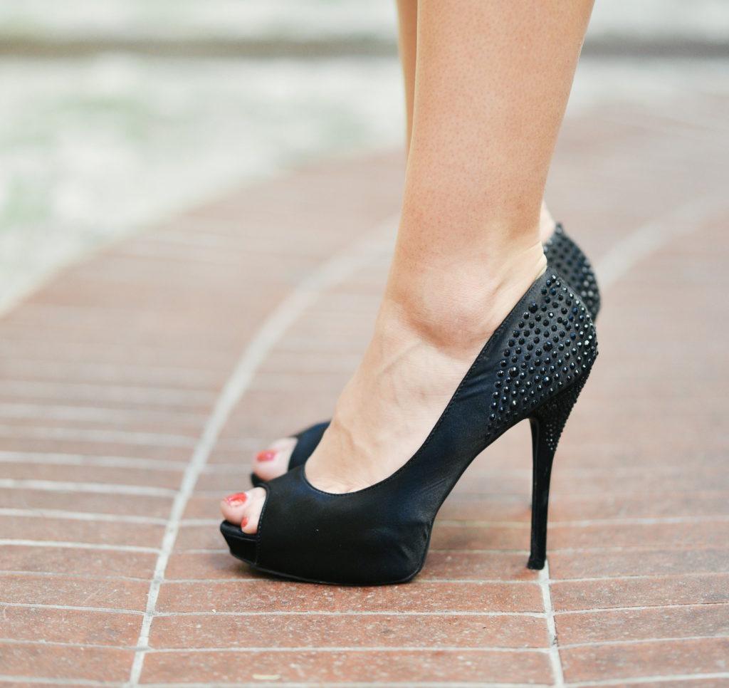 женщина в туфлях на каблуках