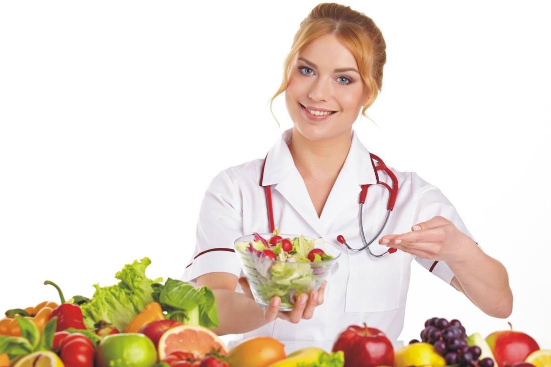 врач с фруктами и овощами