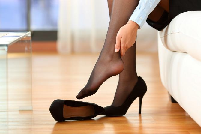 женщина в одной туфле