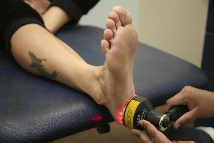 Воздействие на ногу лазером