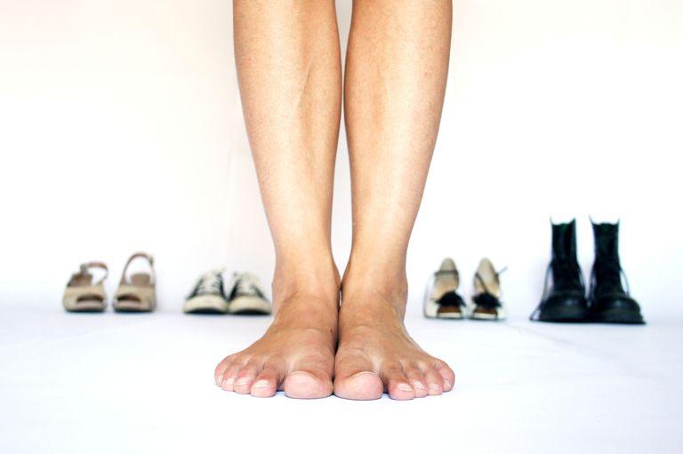 ноги на фоне разных пар обуви