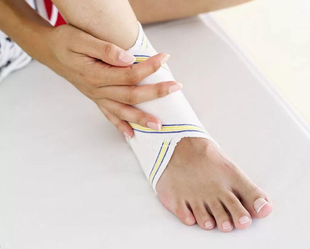 эластичный бинт на ноге