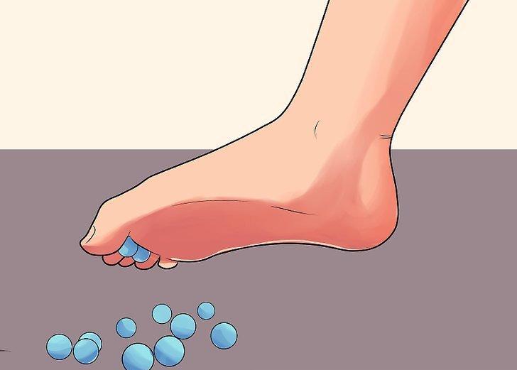 сбор мелких предметов пальцами ног