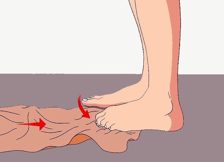 сбор полотенца пальцами ног