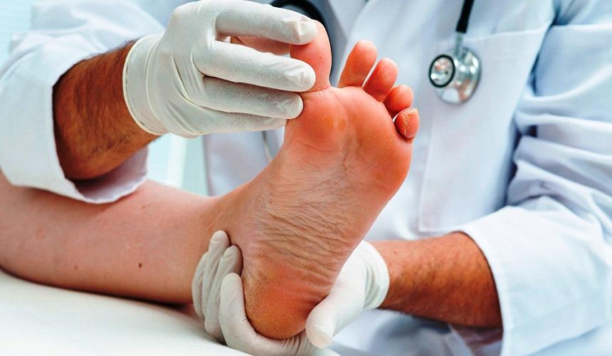 Женская нога и врач