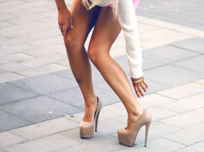 Ноги в туфлях на каблуке